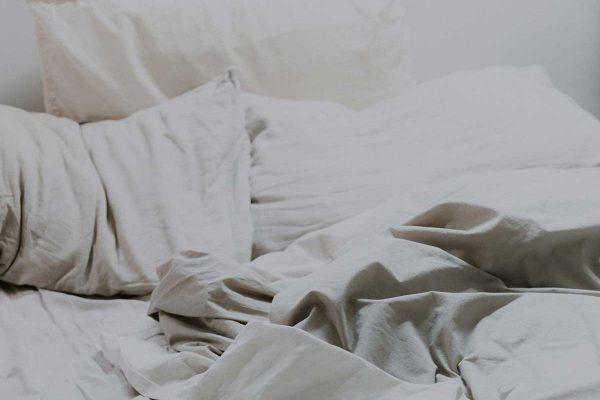 Slapināšana gultā